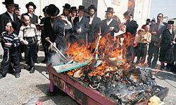 Hasidic jews burn chametz in Jerusalem.